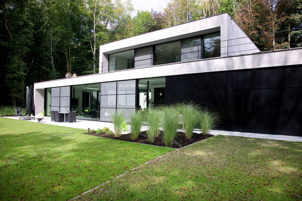 Alumitech private Holsbeek house front with custom windows and sliding doors